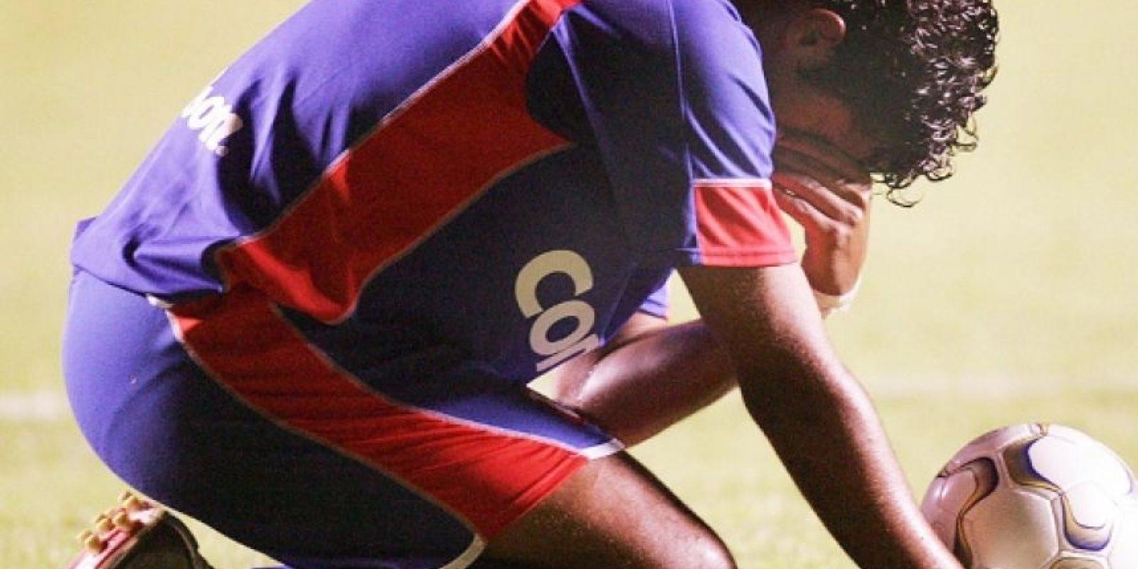 El jugador fue atendido de inmediato, recibió masajes en el corazón y respiración boca a boca, pero no reaccionó. Foto:Getty Images