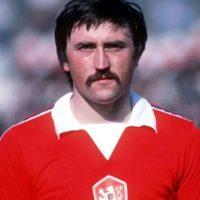 El exfutbolista checoslovaco Antonín Panenka se hizo famoso en 1976 por la manera tan peculiar de cobrar un tiro penal. Foto:Getty Images