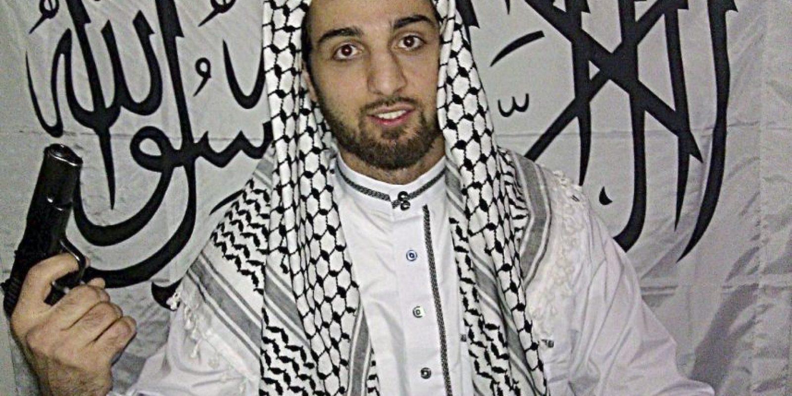 Tamerlan Tsarnaev con barba y vestido con la tradicional túnica blanca musulmana. Foto:AP