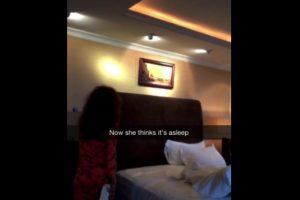 Se apoya de una sandalia para intentar sacarla de la habitación Foto:Snapchat/Rihanna