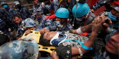 FOTOS: Joven de 15 años es rescatado con vida 5 días después del terremoto