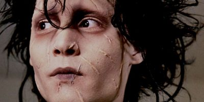 """Johnny Depp era """"Edward"""", hombre creado por el """"Inventor"""". Corta sus propias manos al verle morir. Es traído al vecindario por """"Peg Boggs"""" para adaptarlo y comienza a podar y a hacer peinados. Se enamora de """"Kim"""", la hija de """"Pegg"""" y es correspondido. Foto:vía 20th Century Fox"""