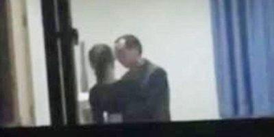 """FOTOS: Profesor fue """"pillado"""" besando a su alumna en salón de clases"""