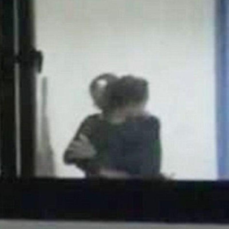 El maestro de matemáticas, identificado como Sr. Xu, fuerza a su alumna a besarlo. Foto:vía Weibo