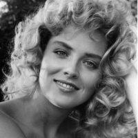 """También Sharon Stone, quien en """"El Vengador del Futuro"""" mostró esa letal belleza cerebral de """"Natasha Romanov"""". Foto:vía Getty Images"""