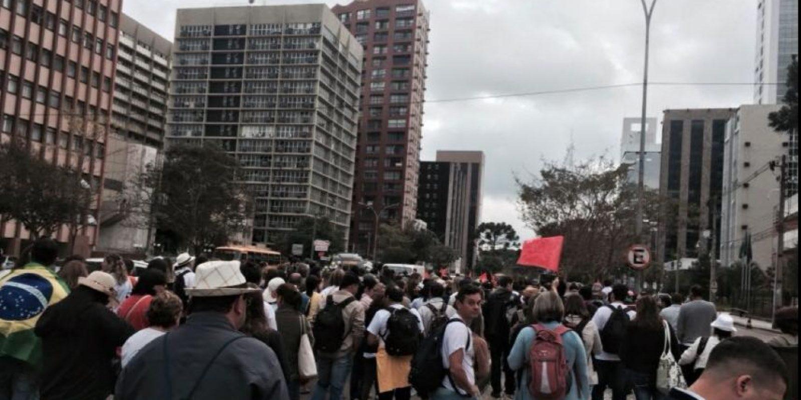 Los maestros en huelga marcharon hoy en contra de la ley de pensiones. Foto:Vía Twitter @syndicalisms