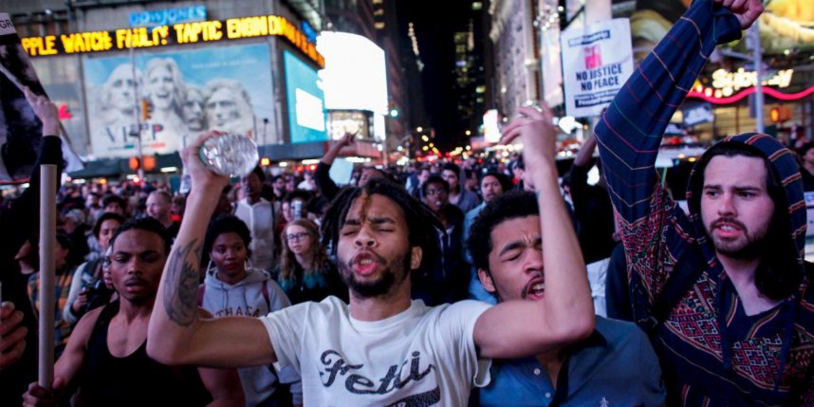 Centenares de personas se manifestaron este miércoles en Nueva York en protesta por la muerte de Freddie Gray en Baltimore. Foto:Getty Images