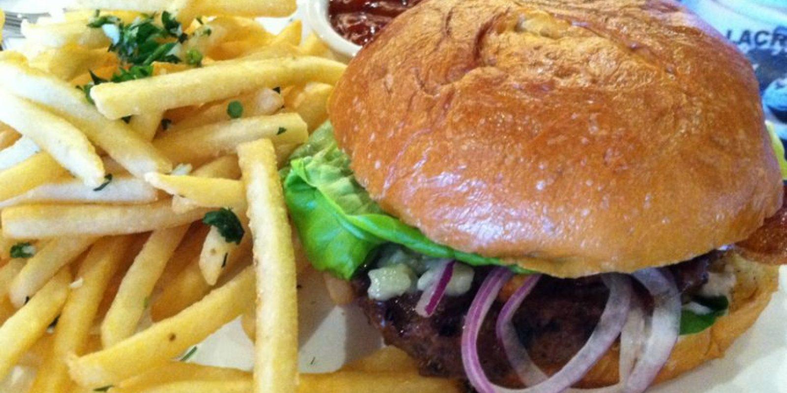 """Hay una hamburguesa inspirada en la trilogía, llamada """"15 sombras de tocineta"""". El comensal prueba distintos tipos de este producto y también de queso. Foto:vía Getty Images"""