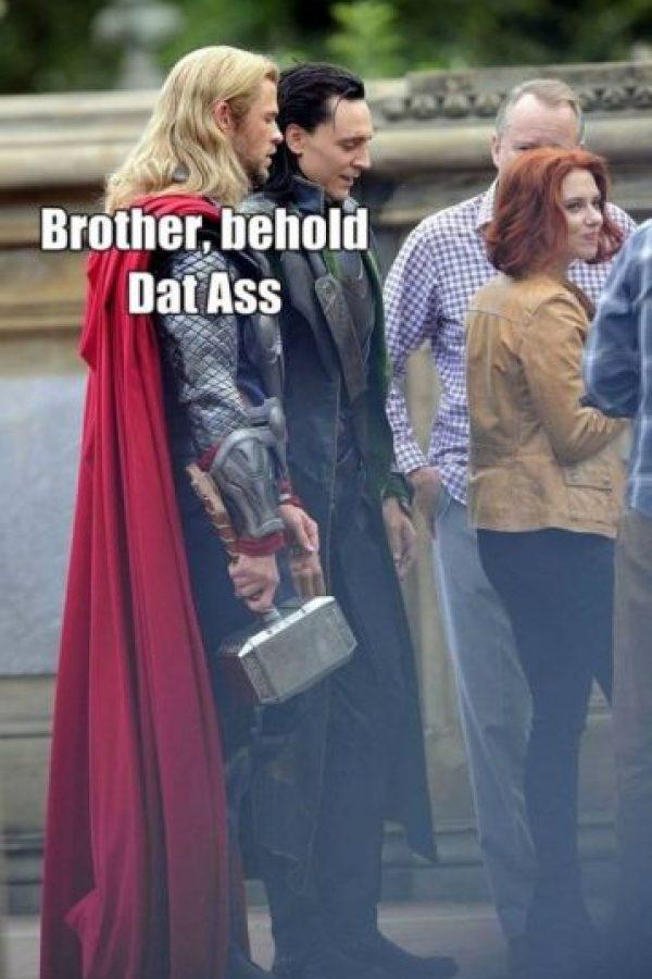 """Thor"" y ""Loki"" miran otras cosas… Foto:vía OkeyMeme"