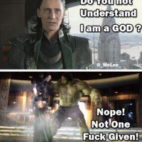 """""""Loki"""" insiste en que es un dios, pero """"Hulk"""" no está tan convencido. Foto:vía OkeyMeme"""