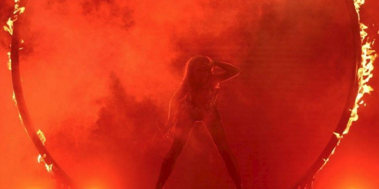 No es la primera famosas que se cae en el escenario Foto:Vía facebook.com/britneyspears