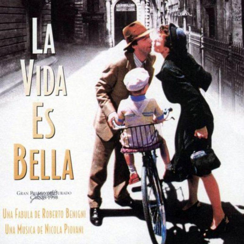 """¿Se acuerdan de """"La Vida es Bella""""? Esta película de 1999 mostró la historia de """"Guido Orefice"""", un hombre que hace creer a su hijo que están jugando un juego cuando en realidad están en un campo de concentración. Precisamente en Auschwitz. Foto:vía Cecchi Gori Produzioni"""