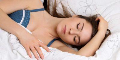 7 posiciones al dormir que indican cómo es una mujer en una relación