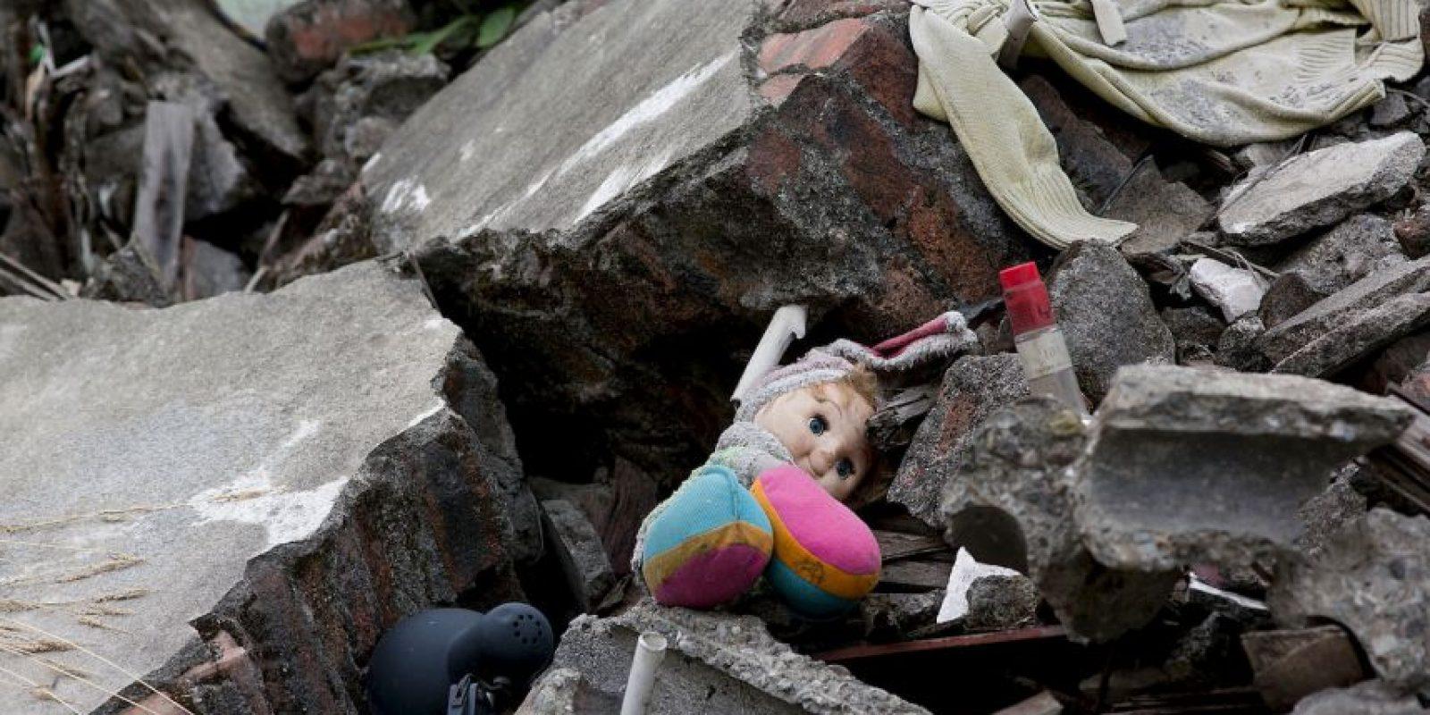 Una mujer fue hallada atrapada en un túnel bajo una fábrica hidráulica, nueve días después de un sismo que devastó la región de Sichuan, causando cerca de 87 mil muertos. Foto:Getty Images