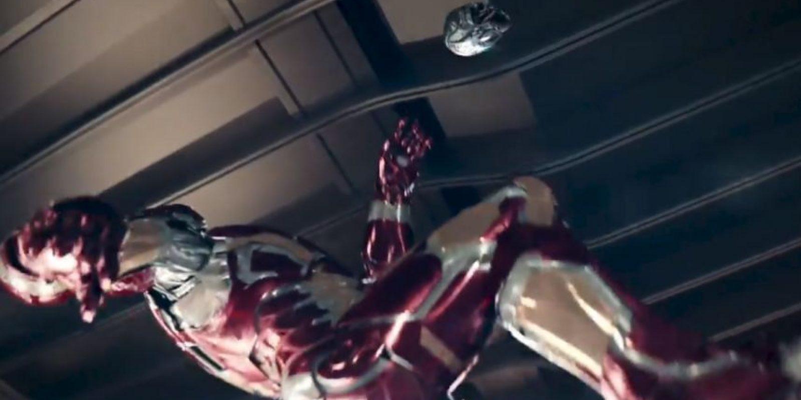 """Al final hace """"chilena"""" con la cabeza de un robot de Ultrón. Foto:vía/Youtube Samsung"""