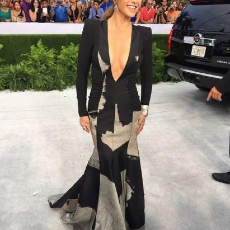 Lucero cuando quiere, sabe qué lucir. Un vestido estampado, con aberturas, pero sin excesos. Foto:vía Instagram/E!