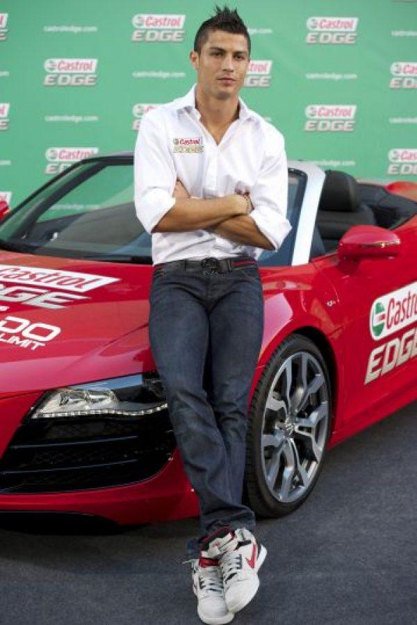 Cristiano Ronaldo también es un apasionado de los automóviles. El portugués tiene una colección de 15 coches de lujo en su garaje. Foto:Getty Images