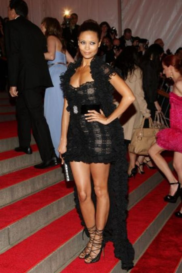 "Thandie Newton en 2007, heredando el vestido del video de ""Moulin Rouge"" de Lil Kim. Foto: vía Getty Images"
