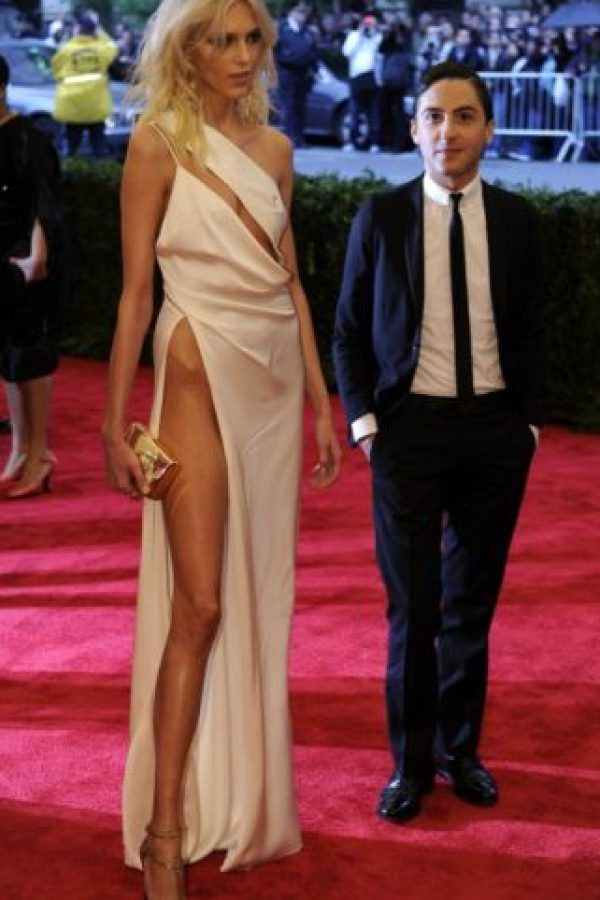 ¿Qué es más inquietante de este vestido de Anja Rubik en 2012? ¿Que parezca que lo mordió un cubista o el pedazo de cadera que se sale de su pierna? Foto:vía Getty Images