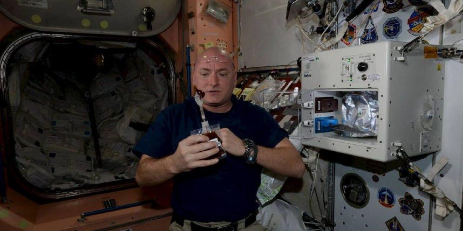 """""""Tomé mi primera taza de café en el espacio. No estuvo mal"""" Foto:Facebook.com/NASA-Astronaut-Scott-Kelly"""