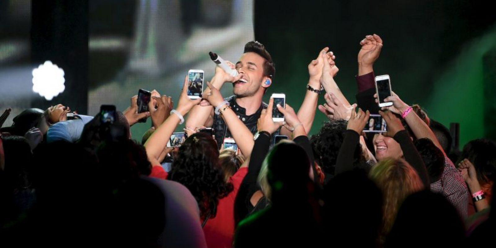 El cantante de la bachata se suma a la lista de intérpretes con accidentes en pleno show. Foto:Getty Images