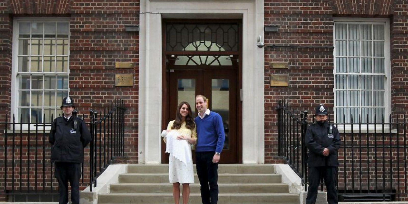 Así lucieron los duques a su segundo bebé fuera del hospital St. Mary's de Londres. Foto:Getty Images