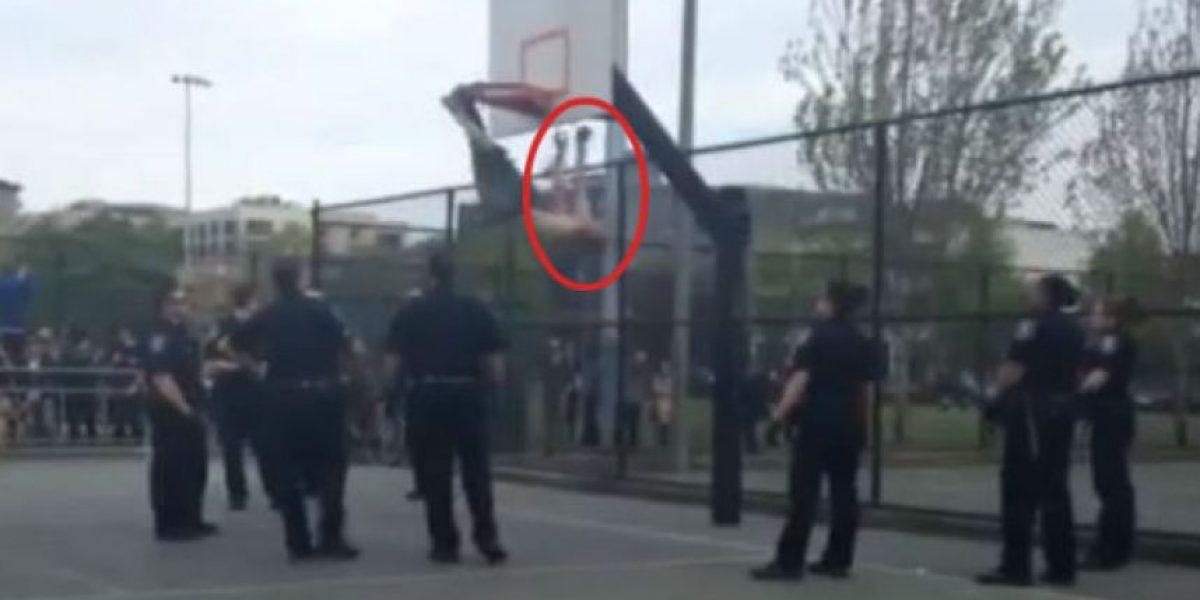 VIDEO: Bomberos rescatan a hombre que colgaba de un canasto de baloncesto