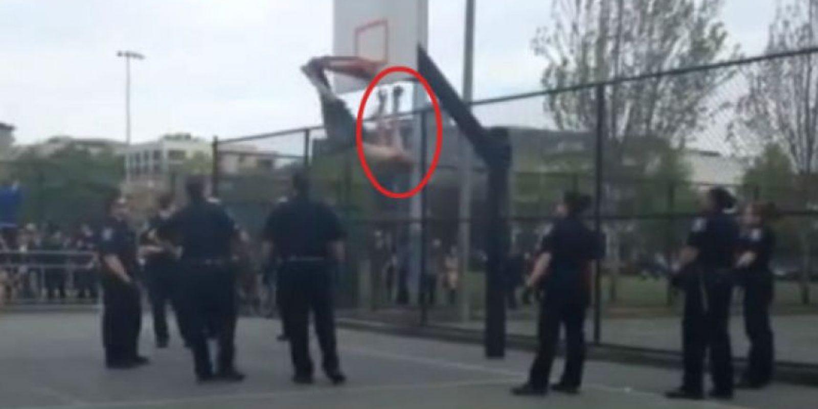 Así colgaba el joven de la canasta de baloncesto Foto:Vía Youtube/Debra Hilario