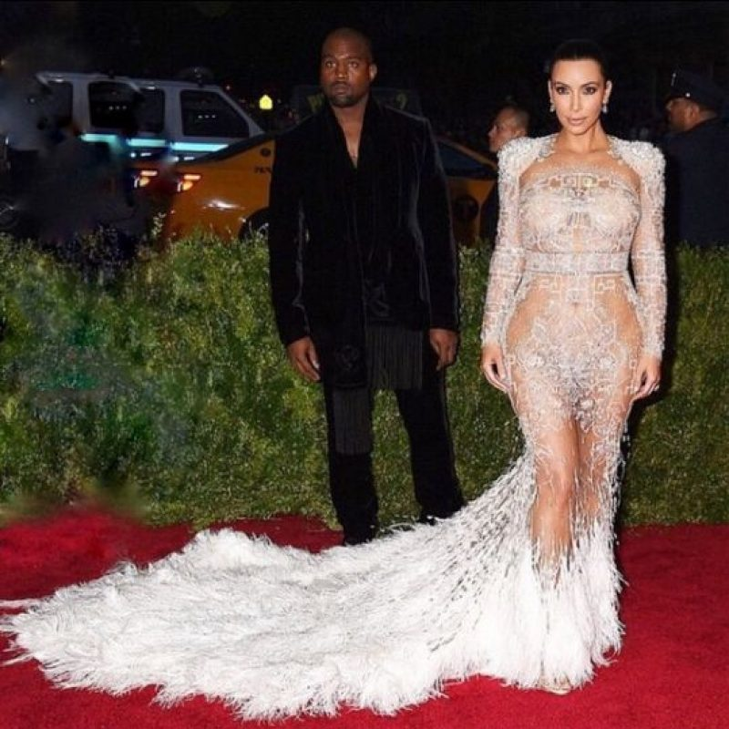 Kim Kardashian y Kanye West durante la alfombra roja. Foto:Instagram/Kimkardashian