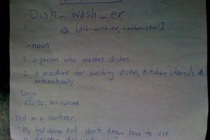"""La que pone esta definición: """"Lavador de platos. Sustantivo. Se refiere a oficio o a máquina. Uso en una oración: mis horribles hijos no quieren usar el lavador de platos"""". Foto:vía Imgur"""