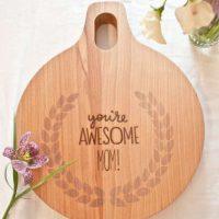 """Una tabla para picar con el mensaje: """"Tú eres asombrosa mamá"""". Foto:ideasregalos"""