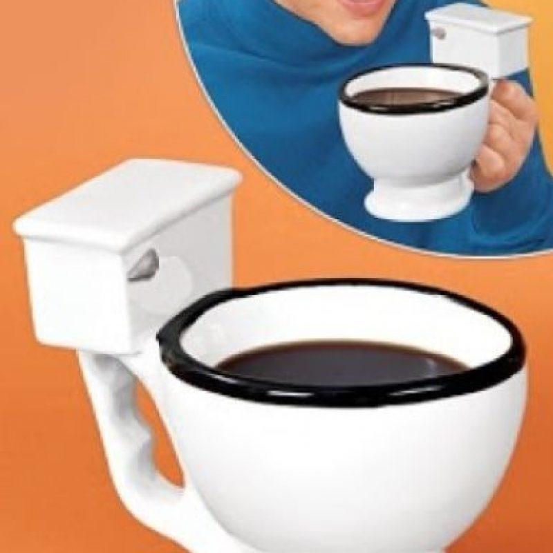 Una taza en forma de retrete porque le encanta el café Foto:WTFgifs