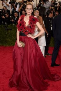 Poppy Delevingne, con flores. Foto: vía Getty Images