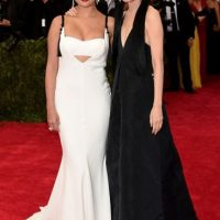 Selena Gómez, sin demeritar nada a sus raíces ni al tema. Hermosa con Vera Wang. Foto:vía Getty Images