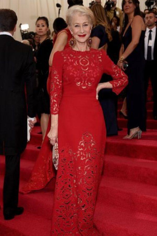 Helen Mirren, de rojo e imponente. Foto:vía Getty Images