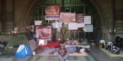 Guatemaltecos continúan encadenados frente al Palacio Nacional