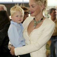 Sharon Stone. La actriz tiene tres hijos adoptivos: Roan, Laird , y Kelly. Roan nació el 22 de mayo 2000, y fue adoptado una semana más tarde junto con su ex marido Phil Bronstein. Laird Vonne, nació en mayo de 2005, y adoptado inmediatamente. Quinn, nació y fue adoptado el 28 de junio de 2006. Foto:Getty Images