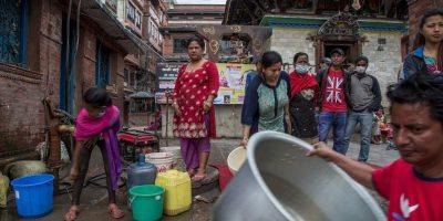 10. La Policía de Nepal y decenas de voluntarios trabajan en la recuperación de cadáveres. Foto:Getty Images
