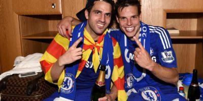Los españoles Cesc Fábregas y César Azpilicueta tuvieron su festejo en el vestidor. Foto:Vía twitter.com/chelseafc