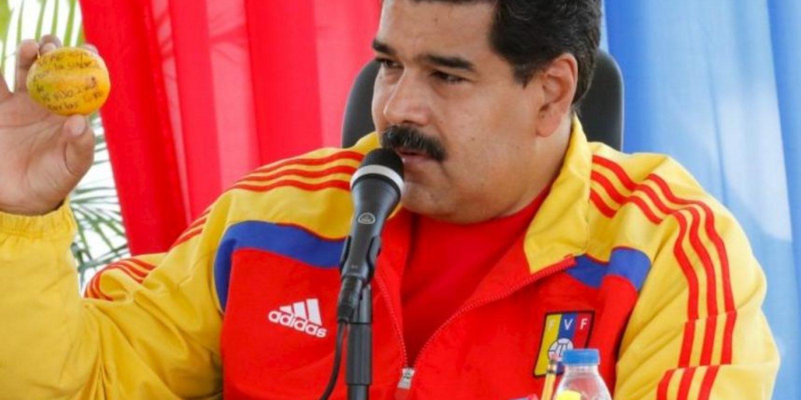 """Maduro en respuesta a su """"atentado"""", regaló a la mujer que se lo lanzó. Foto:Vía //nicolasmaduro.org.ve"""