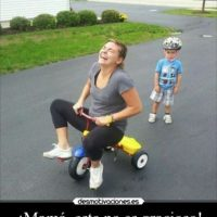 La que se entretiene con los juguetes de su hijo Foto:Pinterest