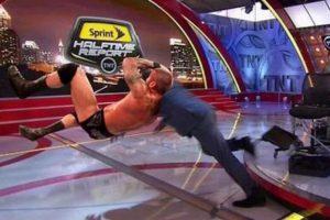 ¿Y qué opinan de este RKO que le propinó Randy Orton? Foto:Vía twitter.com