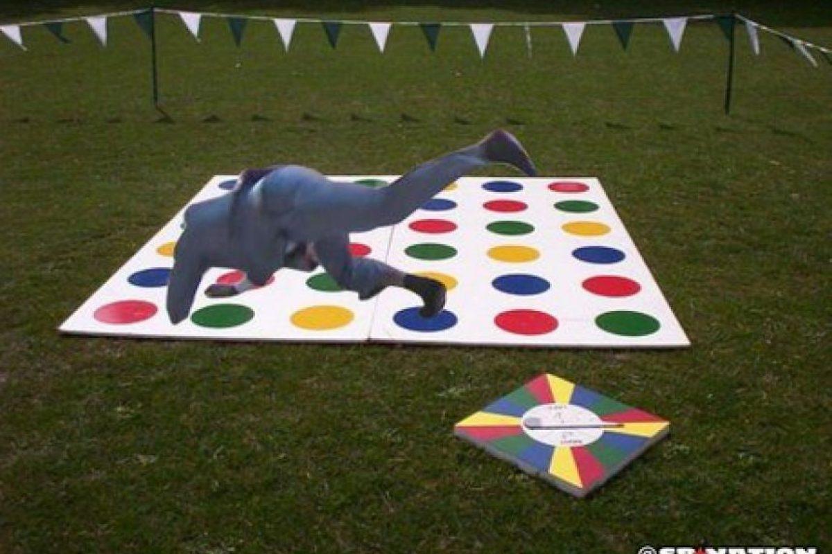 """… Y jugar """"Twister"""". Foto:Vía twitter.com"""