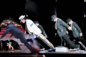 También se le da el baile, como aquí donde comparte escenario con Michael Jackson. Foto:Vía twitter.com