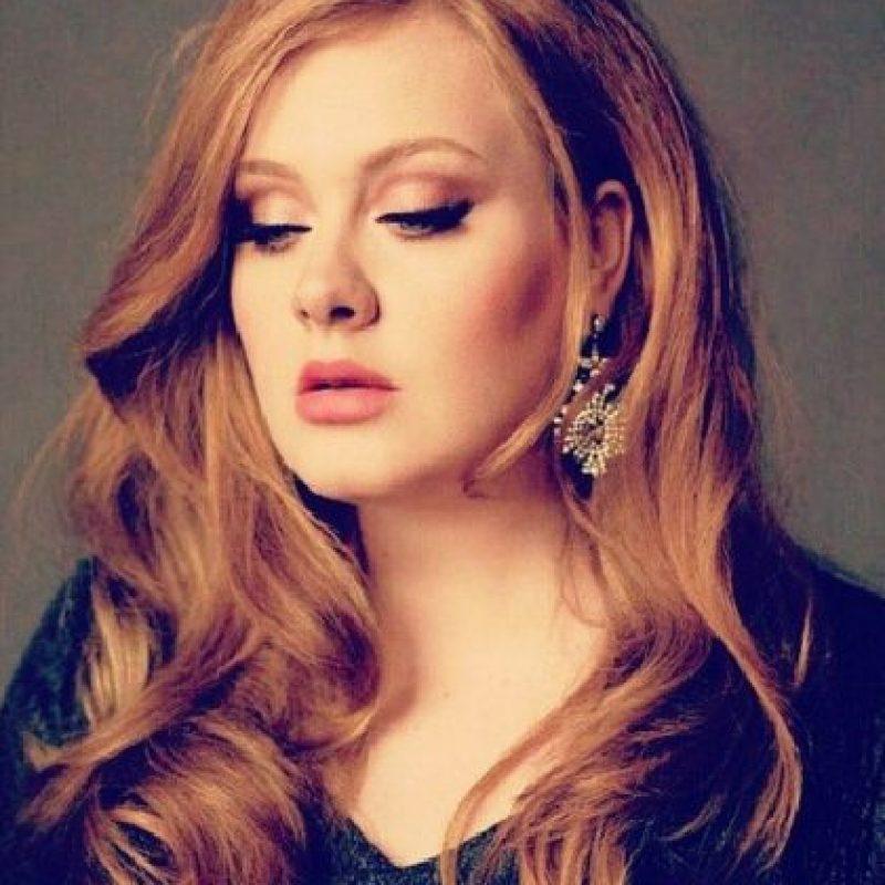 Es una cantautora británica de soul, R&B y pop Foto:Vía twitter.com/OfficialAdele