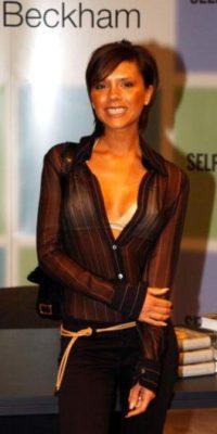 """Vale ya, que estas blusas fueron un """"must"""" a finales de los 90, pero no se usan con un brasier beige. ¿Qué pasa? Foto:vía Getty Images"""