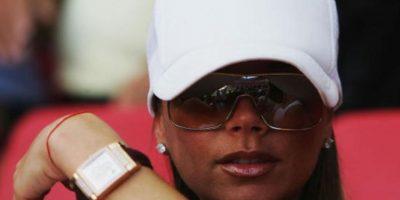 Victoria también cayó en lo que toda novia y esposa de futbolista: gafas grandes, preferiblemente tornasoladas, gorra y gran reloj. Y el bronceado exagerado, obvio. Foto:vía Getty Images