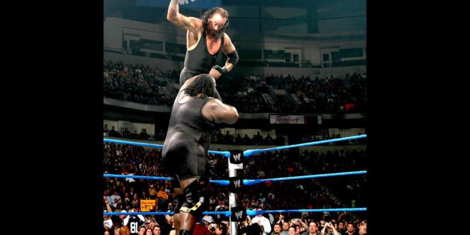 Pero en lugar de tirar al bebé en la cama, lo soltó en el piso. Foto:WWE