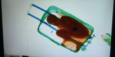 FOTOS: Descubren a kniño migrante en el interior de una maleta
