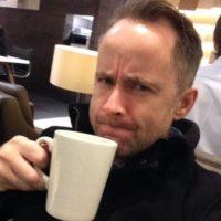 En la actualidad tiene 46 años y es músico de la banda Beecake. Foto:Vía twitter.com/BillyBoydActor